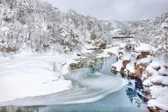 Floden i en forntida by i Shirakawago Royaltyfria Bilder