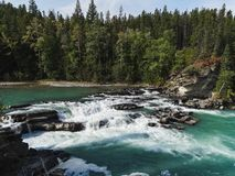 Floden i en kanjon naturliga banff parkerar Kanada fotografering för bildbyråer