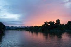 Floden Kwai i Thailand med solnedgång Arkivfoton
