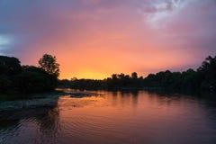 Floden Kwai i Thailand med solnedgång Arkivfoto