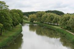 Floden Loire flödar nära Briare (Frankrike) Arkivbild