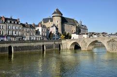 Floden Mayenne på Laval i Frankrike Arkivfoto