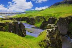 Floden med kiselstenbotten Arkivbild
