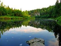Floden med skogsbevuxna kuster och en molnfri himmel Reflexion av himlen i vatten Gory Altay Ryssland Arkivfoton