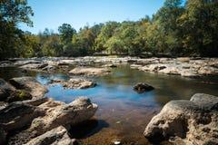 Floden med vaggar och små vattenfall Royaltyfri Foto
