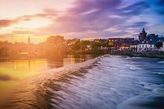 Floden Nith och gammal bro på solnedgången i Dumfries, Skottland Royaltyfri Fotografi
