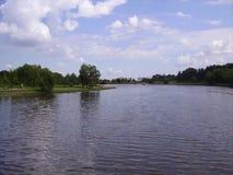 Floden och ön i Moskva parkerar arkivbild