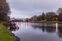 Floden och överbryggar Arkivfoto