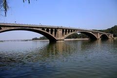 Floden och bron i Longmen grottor, Dragon Gate Grottoes, i den Luoyang staden Arkivfoto
