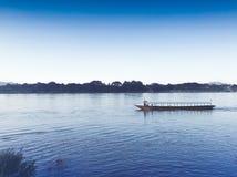 Floden och himlen Arkivfoto