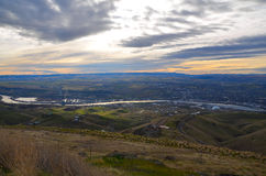 Floden och kullar landskap Arkivfoto