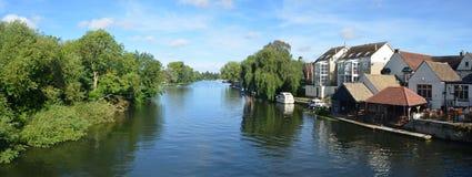 Floden Ouse, regattaängar och flodstrandbyggnader på St Neots Cambridgeshire England Royaltyfri Bild