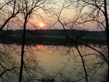 Floden på solnedgången Royaltyfria Bilder