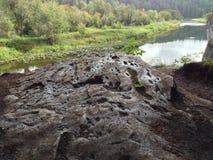 Floden påbörjar i bergen Royaltyfria Foton