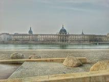 Floden rhone och den gamla byggnaden av Lyon den gamla staden, Frankrike Arkivfoton