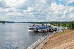 Floden sänder på pir på Volgaen Fotografering för Bildbyråer