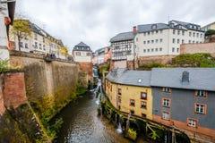 Floden Saarland med vattenfallet och vatten maler i den historiska staden av Saarburg, Tyskland royaltyfria foton
