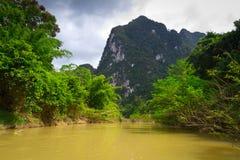Floden snubblar i den Khao Sok nationalparken Arkivfoton