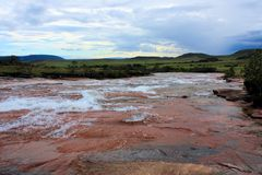 Floden som flödar över den röda jaspisen, vaggar Royaltyfri Fotografi