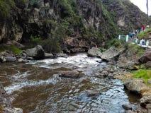 Floden som kör i en horisontalriktning med, vaggar att omge den fotografering för bildbyråer