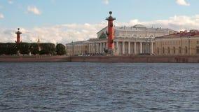 Floden spottar av Vasilyevsky Island Embankment petersburg russia st lager videofilmer