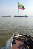 Floden trafikerar - den Irrawaddy floden - Myanmar Arkivfoto