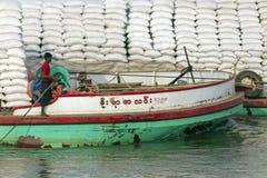 Lastfartyg - den Irrawaddy floden - Myanmar Royaltyfria Bilder