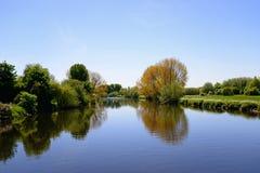 Floden Trent, Burton på Trent royaltyfria bilder