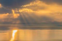 Floden under den guld- himlen fotografering för bildbyråer