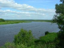 Floden verkar gränslös, det ser som en stor sjö Royaltyfria Foton
