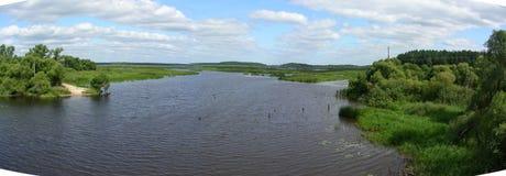 Floden verkar gränslös, det ser som en stor sjö panoraman Arkivbilder