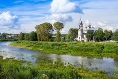 Floden Vologda och kyrkan av presentationen av Herren byggdes i 1731-1735 år i Vologda, Ryssland Arkivbilder