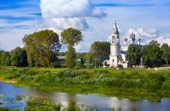 Floden Vologda och kyrkan av presentationen av Herren byggdes i 1731-1735 år i Vologda, Ryssland Royaltyfri Bild