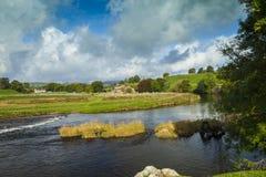 Floden Wharfe nära Grassington Arkivfoton