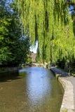 Floden Windrush i Bourton-på--vatten Royaltyfri Fotografi