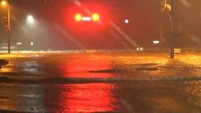 Floder av vatten som flödar ner stadsgatan, rinnande trafikljus, efter en tropisk orkan 2 stock video