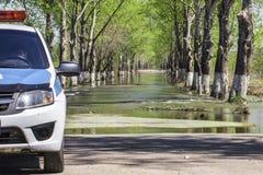 Floder har översvämmat en gata Översvämma på en väg royaltyfri bild