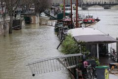 Floder i staden av Paris royaltyfri bild
