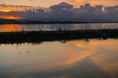 Flodfördämning och damm i södra San Francisco Bay på solnedgången, Sunnyvale, Kalifornien Royaltyfria Foton