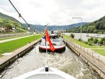 Flodfartyg i den Lehmen slussen på den Moselle floden royaltyfria foton
