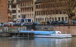 Flodfartyg som bär passagerare för att göra dem att besöka staden arkivbild