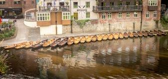 Flodfartyg som förtöjas på flodstranden fotografering för bildbyråer
