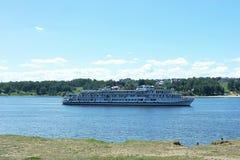 Flodfartyget svävar på floden Volga Arkivbild