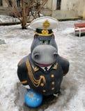 Flodhäst på lekplatsen i borggården av St Petersburg royaltyfri bild