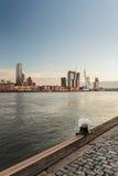 Flodhorisont av den holländska hamnstaden Rotterdam Royaltyfri Bild