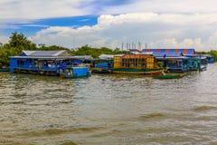 Flodhusvagn som används som permanent hem i ett sydostligt asiatiskt land arkivfoto