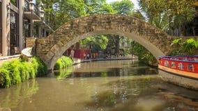 Flodkörningar under en bro på Sanen Antonio River Walk i Texas fotografering för bildbyråer