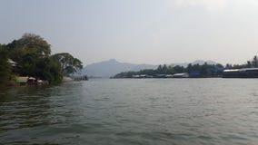 FlodKaew sikt med berg- och flottehus i Kanchanaburi, Thailand Arkivbilder