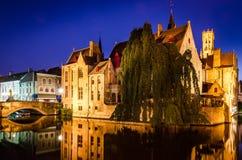 Flodkanal och medeltida hus på natten, Bruges Arkivbild