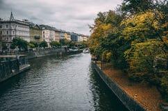 Flodkrökning i Prague oldtown på regnig dag Royaltyfri Fotografi